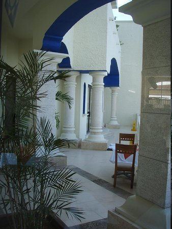 NYX Hotel Cancun: front entrance off the breakfast room