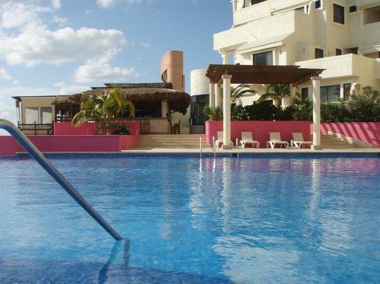 NYX Hotel Cancun : pool and beach restaurant/bar