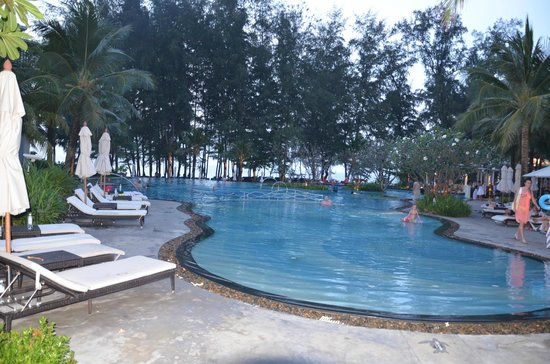 Holiday Inn Phuket Mai Khao Beach Resort: Pool looking towards the beach
