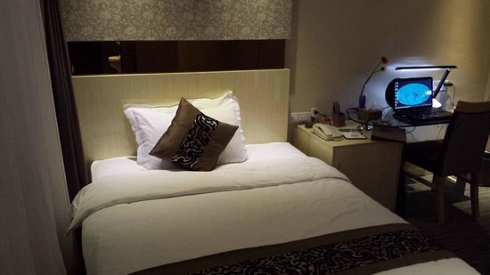 Paco Business Hotel Guangzhou Ouzhuang Subway Station : Bedroom & Computer Area