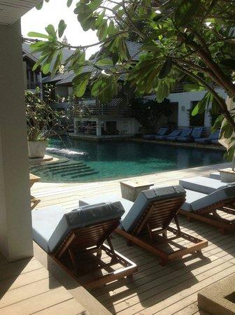 Ramada Phuket Southsea: У бассейна