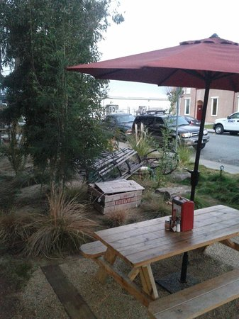 New England Lobster Market & Eatery : Great outdoor seating near the bay
