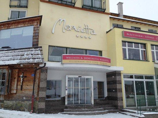 Marietta Hotel: Вход в отель