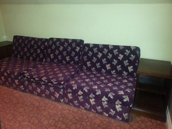 St. Leonards Hotel: Grotty sofa bed in the Christchurch Suit!!!