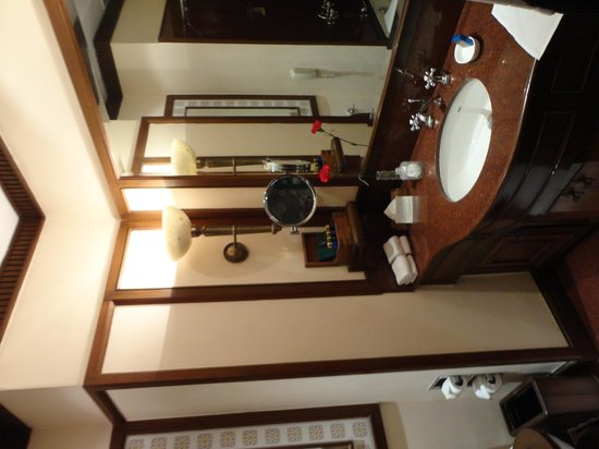 The Oberoi Grand: Bathroom