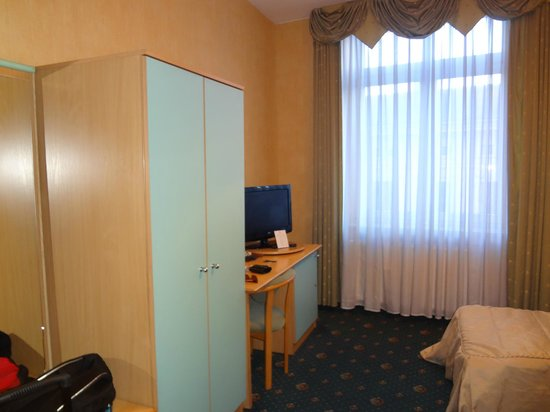 Hotel Kazimierz : Стол с телевизором, чайным набором и телефоном, просторный шкаф