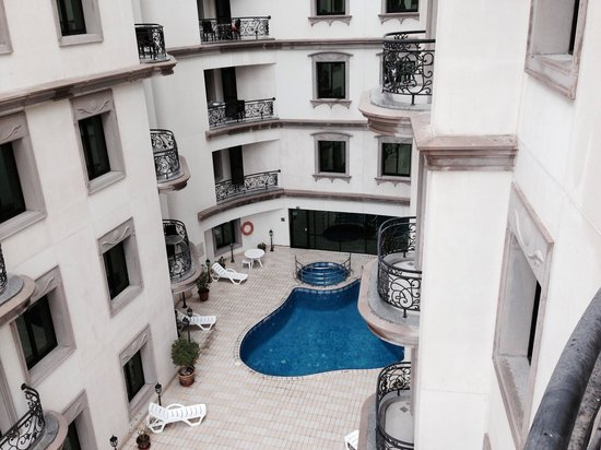 Al Waleed Palace Hotel Apartments Oud Metha: Swimming pool