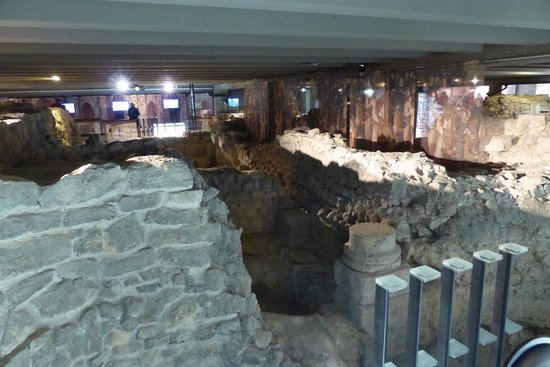 Archeological Crypt of the Parvis of Notre-Dame: Crypte Archeologique - building ruins