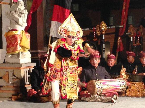 Peliatan Royal Palace: 大迫力の踊り手/グヌンサリ3