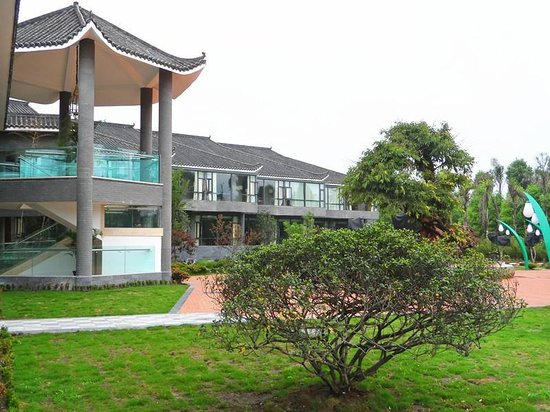 Pingye Garden Hotel: looking back toward the garden view rooms