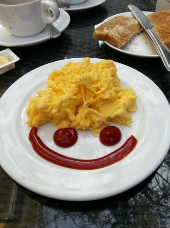 Salil Hotel Sukhumvit - Soi Thonglor 1: Even our breakfast came with a smile at the Salil Hotel