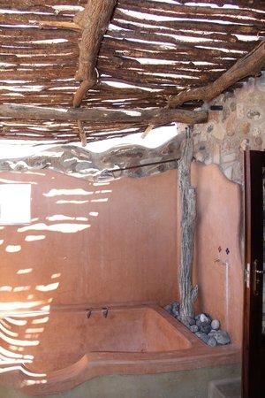 Hoodia Desert Lodge: Outdoor shower was great