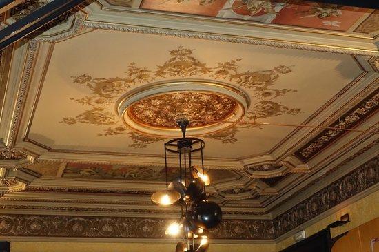 H10 Catalunya Plaza: Ornate ceilings in the 3 bedroom 2 bath suite.