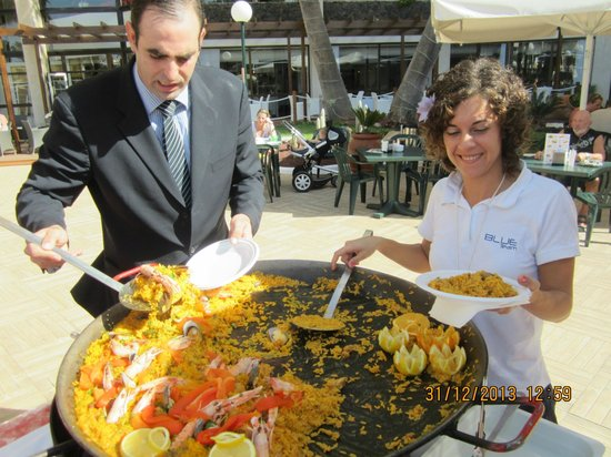 H10 Conquistador : paella on the poolside
