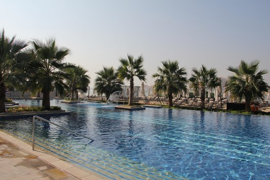 Fairmont Bab Al Bahr: huge pool
