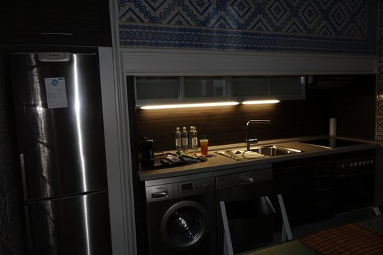 H10 Catalunya Plaza: Kitchen in the family suite. #100