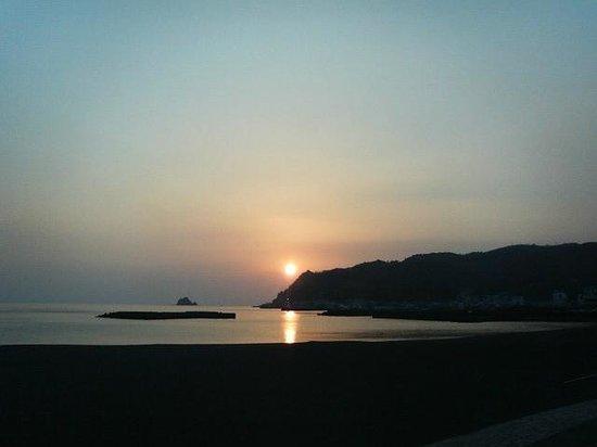 Ito Orange Beach: 天気に恵まれれば、オレンジの玉のような朝日を拝める。