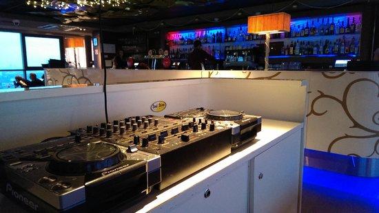 Skyline Bar: Диджейский пульт и барная стойка