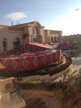 Pyramisa Sahl Hasheesh Resort: Вид из номера на главный корпус с шатром для праздника