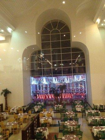 Pyramisa Sahl Hasheesh Resort: Вид на ресторан с рецепшн