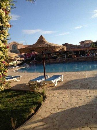 Pyramisa Sahl Hasheesh Resort: У бассейна