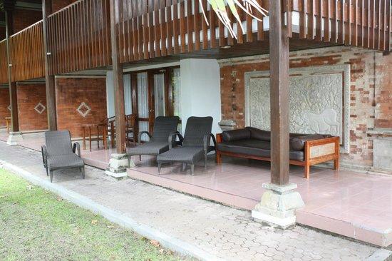 Inna Grand Bali Beach Hotel: outside our room