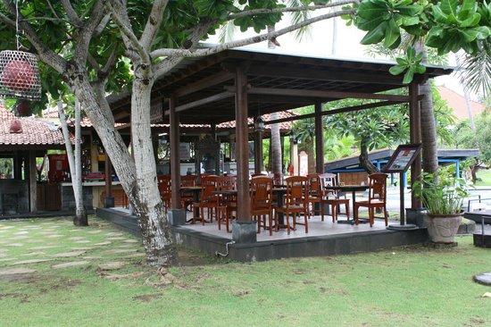 Inna Grand Bali Beach Hotel: bar and pizza