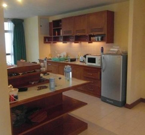 Waterfront Suites Phuket by Centara: Kitchen (2 Bed Apt)