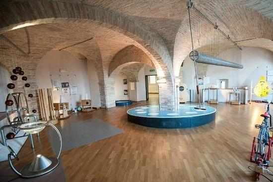 Museo Perugia Officina della Scienza e della Tecnologia (POST): La sala exhibit con le postazioni interattive dedicata alla fisica