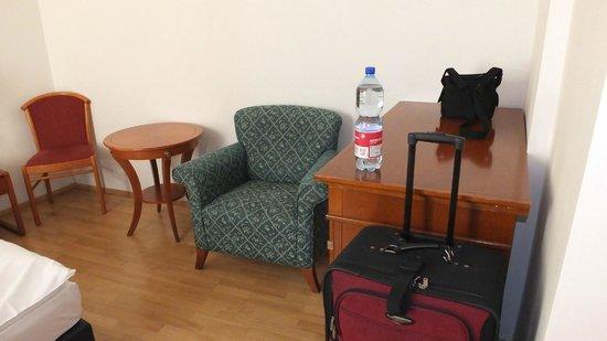 Hotel King George: Room - furniture