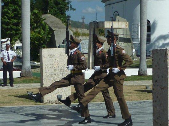 Santa Ifigenia Cemetery: Gardewechsel beim Grab von Jose Marti