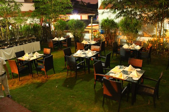 Raintree Multi Cuisine Restaurant: Lawn area for dinner