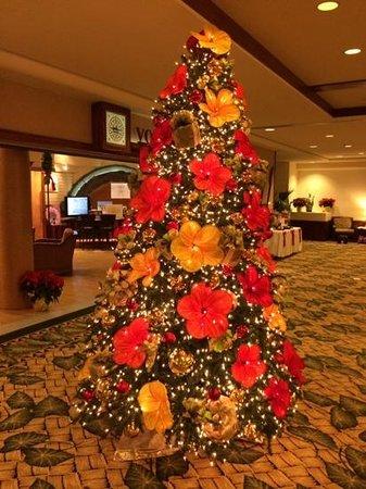 Outrigger Waikiki Beach Resort: View of 2f lobby