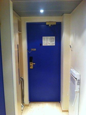 Radisson Blu Hotel Olumpia: Дверь номера