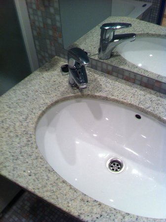 Radisson Blu Hotel Olumpia: Раковина в ванной