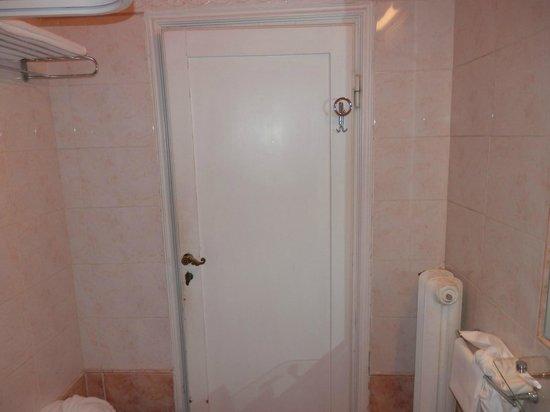 Paris Hotel: Puerta cuarto de baño