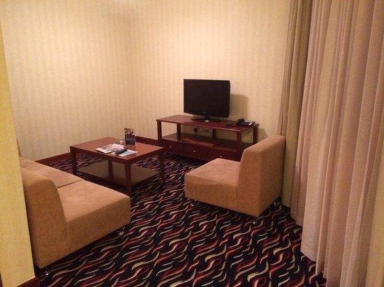 Cassells Al Barsha Hotel: #418 Wohnbereich
