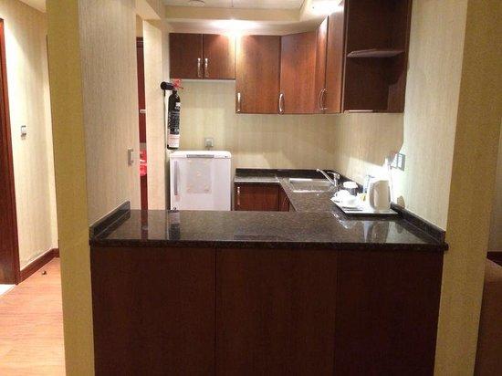 Cassells Al Barsha Hotel: #418 Küche (kein Herd vorhanden)