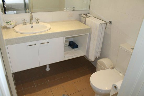 Pacific Towers Beach Resort: Apt 1602 - Ensuite: shower cubicle, vanity, toilet