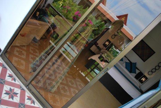 La Niche D'Angkor Boutique Hotel: выход на балкон