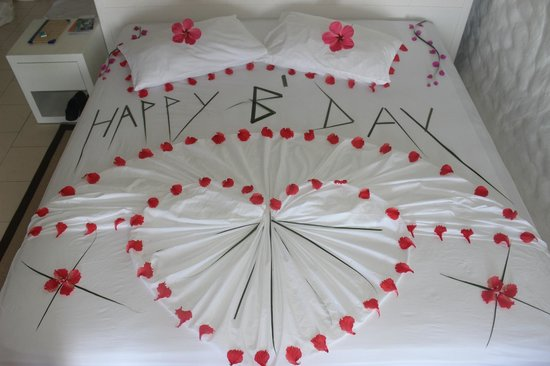 Cinnamon Dhonveli Maldives: Decorated Birthday Bed.