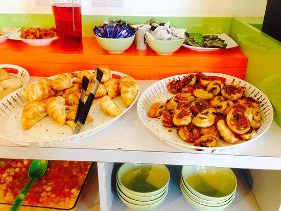 Ibis Styles London Croydon : Petit déjeuner, vienoisieries, lait