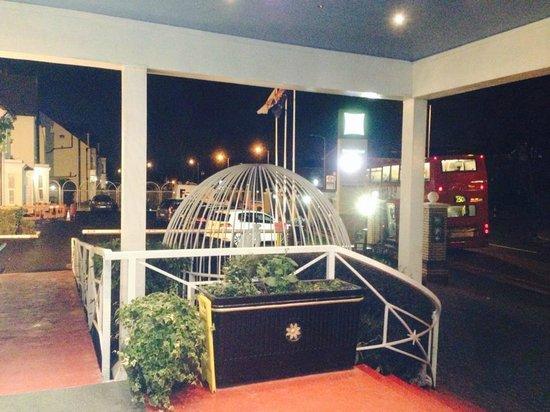 Ibis Styles London Croydon : vue sur l'arrêt de bus au pied de l'hotel
