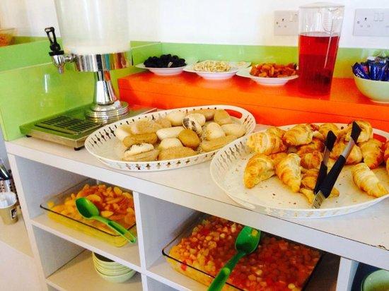 Ibis Styles London Croydon: Petit déjeuner, vienoisieries, lait