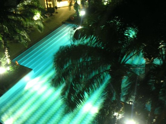 Hotel Mulia Senayan: 夜のプール