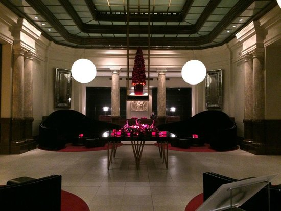 Hotel de Rome: The lobby in Christmas dress