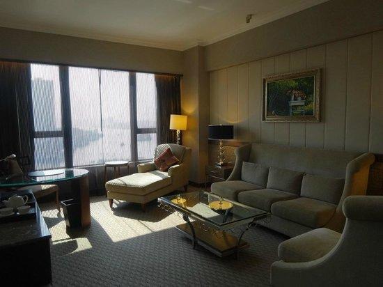 Sofitel Macau At Ponte 16: Spacious sitting area with comfy sofas ... nice!