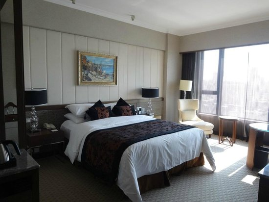 Sofitel Macau At Ponte 16: Comfy King sized bed in the separated bedroom.