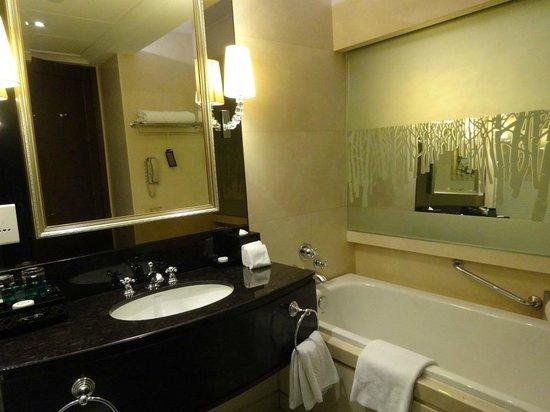 Sofitel Macau At Ponte 16: 2 Luxurious bathrooms, each with a tub!