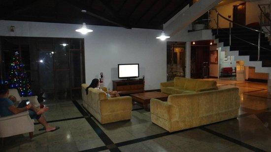 Oceano Praia Hotel: Área de estar com TV